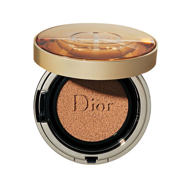 Dior 프레스티지 르 쿠션뗑 드 로즈 SPF 50+ PA+++ 디올 쿠션 중 가장 뛰어난 커버력을 자랑한다. 5백여 장의 장미 꽃잎을 담았다. 12만원대.