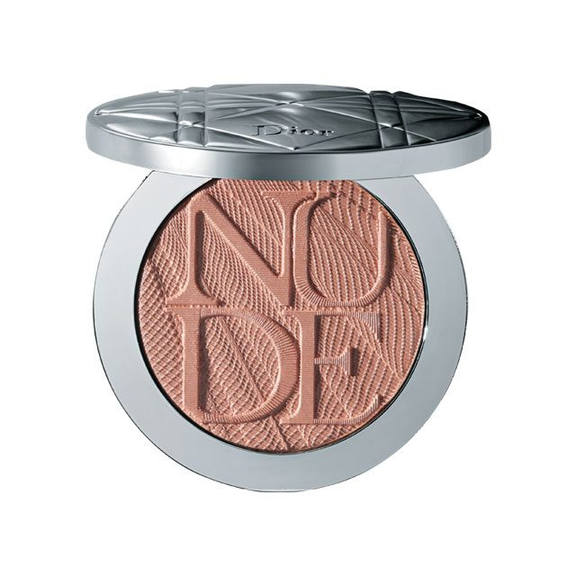 Dior 디올스킨 누드 에어 루미나이저 글로우 어딕트, 001 할로 핑크 각도에 따라 반짝반짝 빛나는 핑크 펄 파우더가 독보적인 반짝임을 얹어준다. 8만4천원대.