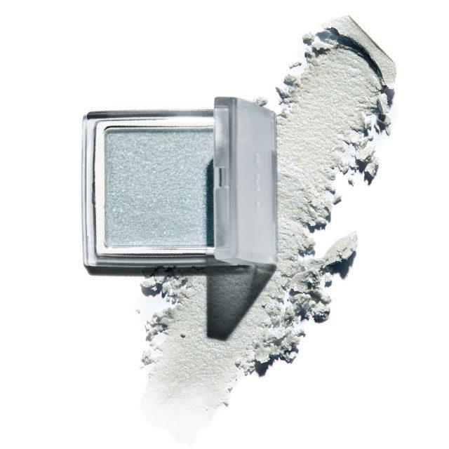 Rmk 글로우 젤, 02 블루 눈과 볼에 윤기를 더해주는 글로 젤. 살짝 감도는 블루 컬러가 쿨한 느낌을 자아낸다. 2만5천원.