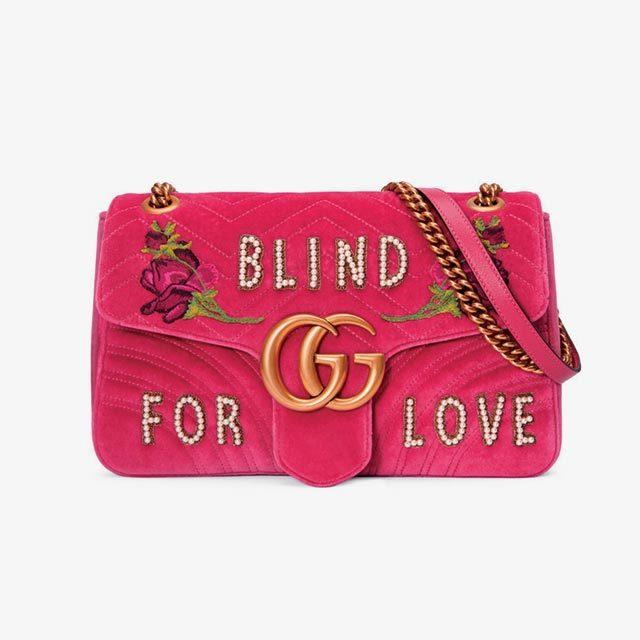벨벳 퀼팅 소재에 장미와 사랑에 관한 문구가 수놓인 숄더백은 밸런타인데이를 위해 특별히 제작된 것. 390만원으로 Gucci