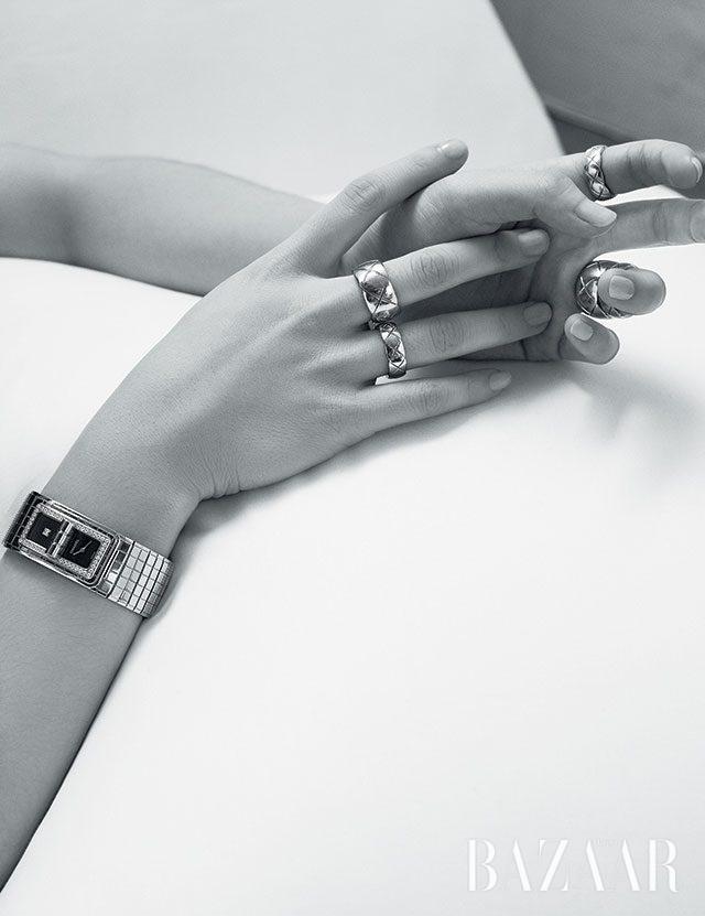 '코드 코코' 시계, 양손에 착용한'코코 크러쉬' 반지는 모두 Chanel Watch & Fine Jewelry 제품.