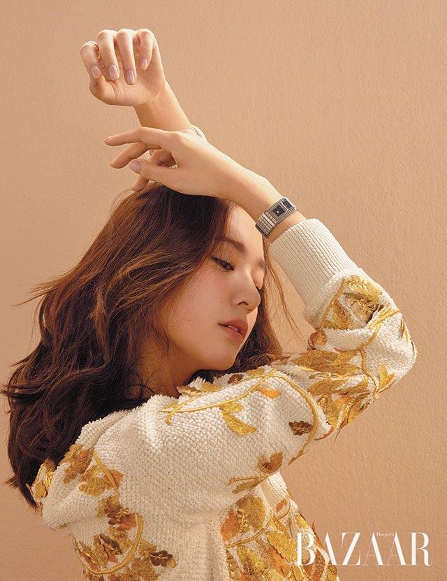 스웨트셔츠 룩에 시크함을 더하는 '코드 코코' 시계는 Chanel Watch 제품.