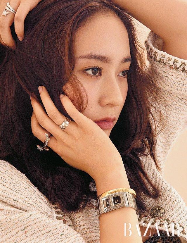 턴락(Turn Lock) 버클이 특징인 '코드 코코' 시계, 옐로 골드 소재 브레이슬릿, 오른손 검지와 왼손 약지에 착용한 '꼬메뜨' 반지, 오른손 약지에 착용한 '코코 크러쉬' 반지는 모두 Chanel Watch & Fine Jewelry 제품.