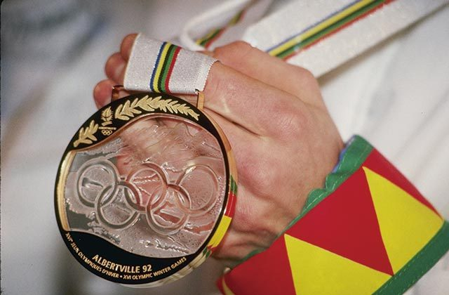 1992년 프랑스 알베르빌 동계올림픽에서는 장인이 수공예로 제작한 유리 메달이 사용되었다.