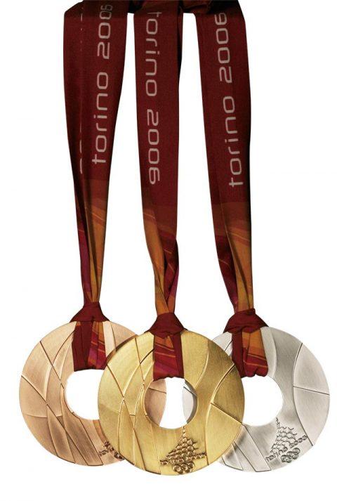 2006년 토리노 올림픽 메달은 역대 올림픽 메달 가운데 크기가 가장 컸다. 스트랩을 연결할 수 있는 고리 대신에 메달 구멍에 스트랩을 끼우는 방식으로 제작되었다.