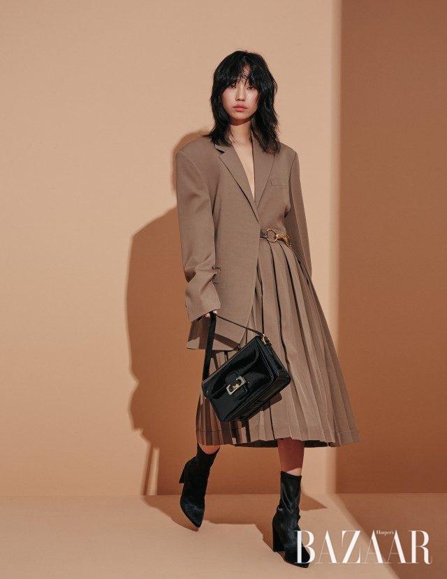 재킷, 메탈 벨트로 포인트를 준 플리츠 스커트, 말 모티프 버클 장식의 숄더백은 모두 가격 미정으로 Céline, 스웨이드 앵클부츠는 98만원으로Stuart Weitzman 제품.
