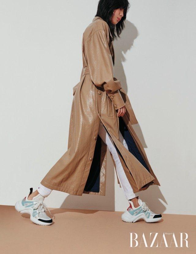 레더 소재의 트렌치코트는 130만원대로 Wanda Nylon by matchesfashion.com, 팬츠, 역동적인 실루엣의 스니커즈는 모두 가격 미정으로 Louis Vuitton 제품.