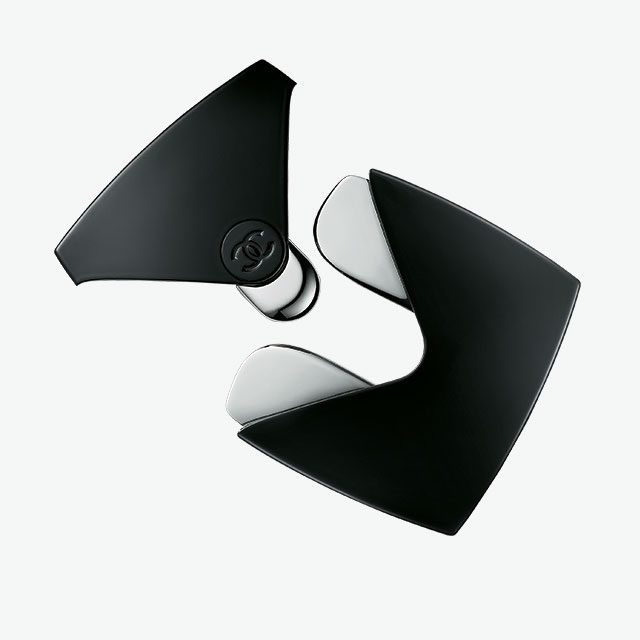 Chanel르 리프트 마사지 툴 리프팅 제품과 함께 사용하면 얼굴 윤곽을 정돈할 수 있다. 5만8천원.