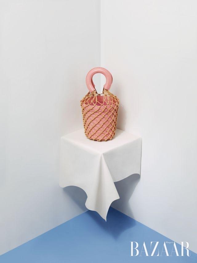 그물이 달린 손잡이가 독특한 버킷 백은 43만원대로 Staud by Net-A-Porter