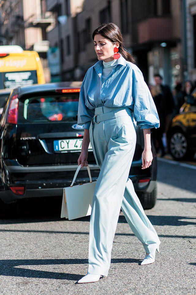 은은한 블루 셔츠와 하이웨이스트 팬츠를 점프수트처럼 연출하고 볼드한 레드 귀고리로 포인트를 주었다.