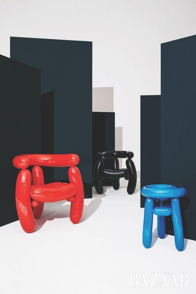 (왼쪽부터) 'Blowing Series'_Red Arm Chair, Black Arm Chair, Blue Stool, 2013-2014, Material_Epoxy