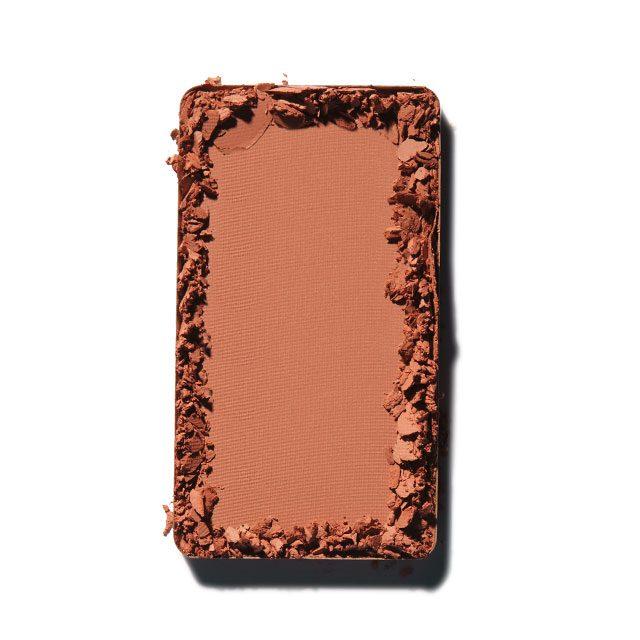 Make Up For Ever 아티스트 페이스 컬러 S-114 벨벳처럼 부드럽고 가벼운 텍스처가 경계선 없이 자연스럽게 피부에 밀착된다. 2만9천원대.