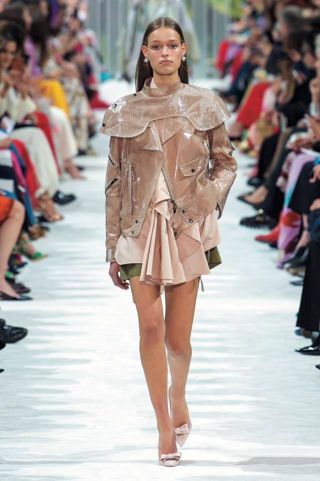 발렌티노 쇼의 오프닝에 등장한 플라스틱 소재 재킷.