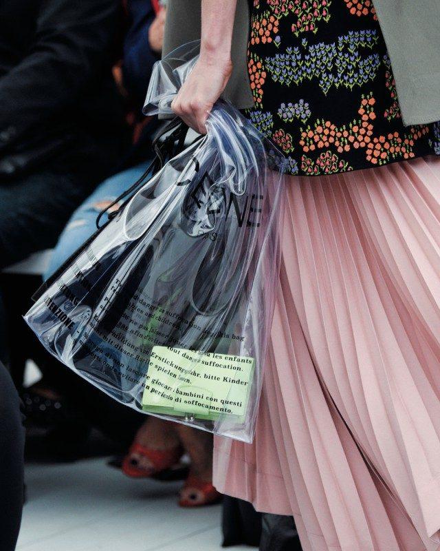 비닐봉투 모양의 PVC 백을 선보인 셀린 쇼.