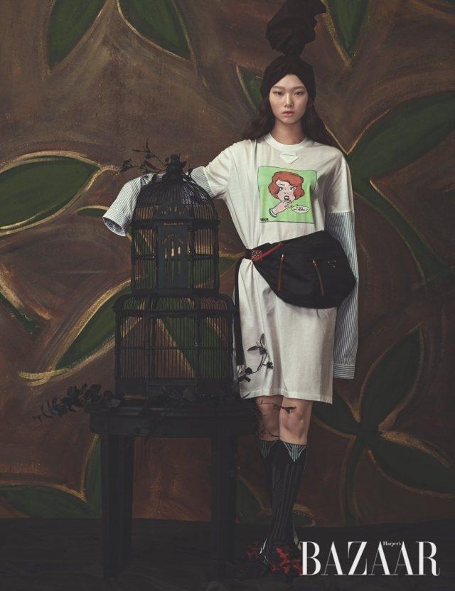 셔츠와 티셔츠가 결합된 원피스, 오버사이즈 벨트 백, 니삭스, 리본 장식 슬링백 슈즈는 모두 Prada 제품.