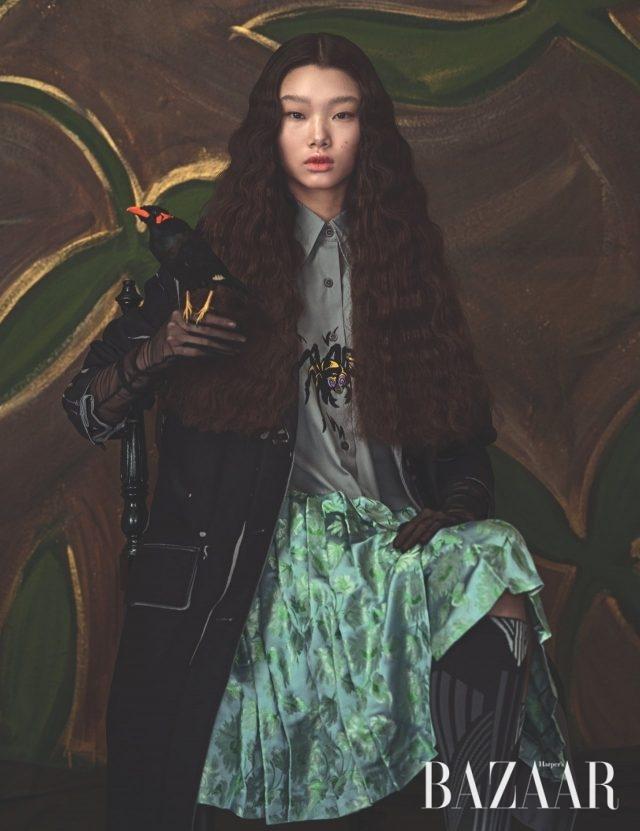 트롱프뢰유 프린트의 스프링 코트, 거미 모티프 일러스트가 돋보이는 셔츠 드레스, 스포티한 니삭스는 모두 Prada, 장갑은 에디터 소장품.
