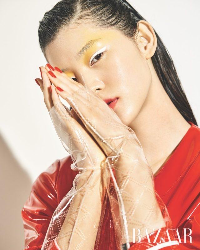 반짝이는 비닐 소재 코트는 119만5천원대로 Attico by metchesfashion.com, PVC 소재에 스티치를 가미한 장갑은 가격 미정으로 Chanel 제품.