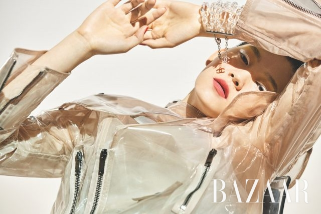 불투명한 PVC 소재 재킷은 422만원으로 Valentino, 플라스틱 구슬로 만들어진 팔찌는 가격 미정으로 Chanel 제품.