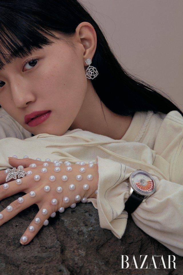 장미 모티프의 '피아제 로즈' 이어링은 2천100만원대로 Piaget, 담쟁이 덩굴에서 영감받은 '리에르 드 파리' 링은 1천만원대로 Boucheron, 오트 쿠튀르 정신을 기리는 '디올 윗 그랑발 플리세 루방' 워치는 Dior Timepiece, 티셔츠 드레스는 Loewe 제품.