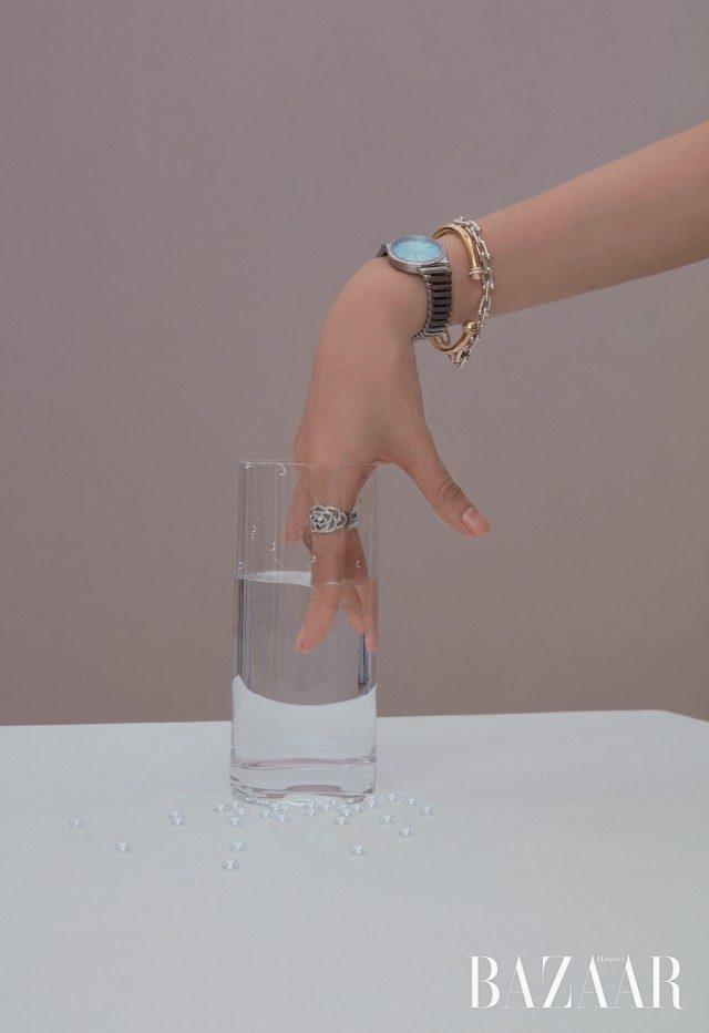 검지에 착용한 '피아제 로즈' 링은 800만원대, '포제션' 오픈 뱅글은 600만원대로 모두 Piaget, 중지에 착용한 '울트라 다이아몬드' 링은 Chanel Fine Jewelry, '메트로 2-핸드' 워치, '하드웨어 컬렉션' 링크 체인 브레이슬릿은 모두 Tiffany & Co. 제품.