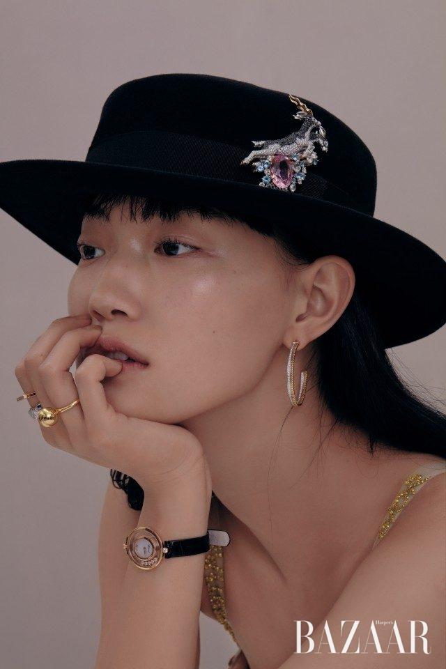 모자에 꽂아 연출한 '라크 드 노아 컬렉션' 클립은Van Cleef & Arpels, '콰트로 레디언트 에디션' 후프 이어링은 2천만원대로 Boucheron, 약지에 착용한 '하드웨어 컬렉션' 볼 링은 Tiffany & Co., 검지에 착용한 '코코 크러쉬' 링(아래)은 Chanel Fine Jewelry, '리한나 컬렉션' 링(위)은 180만원대, '해피 다이아몬드 아이콘' 워치는 1천만원대로 모두 Chopard, 중산모와 보디수트는 Dior 제품.