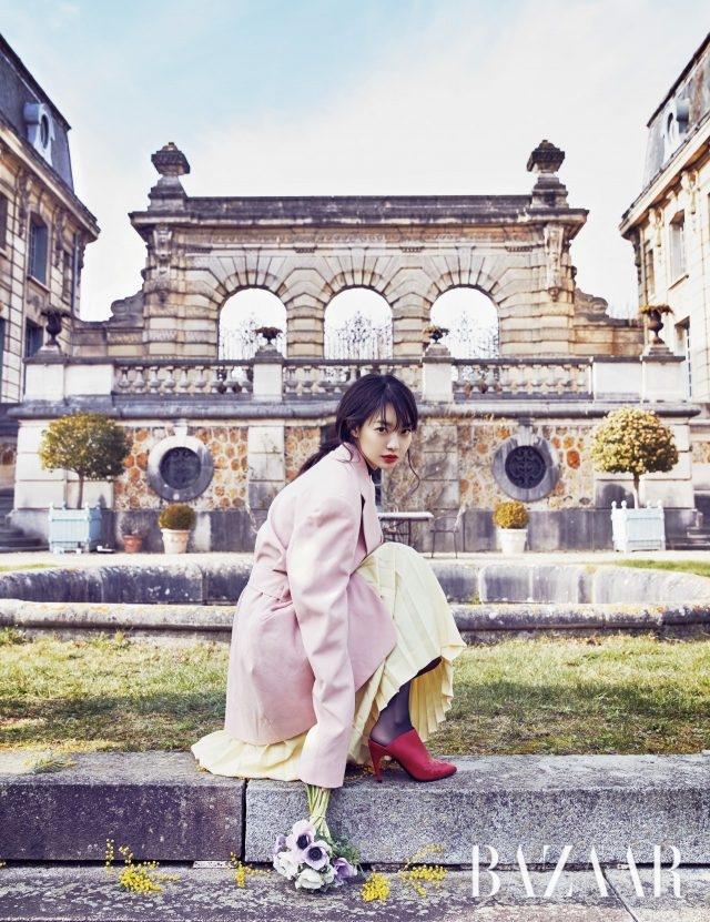 비비드한 루즈 컬러와 자수 로고 장식이 돋보이는 '라벨 쇼크' 뮬은 Roger Vivier, 재킷과 스커트는 모두 Céline 제품.