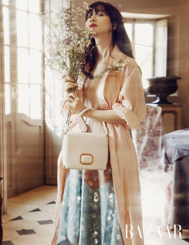 미니멀한 잠금 장식이 특징인 '마담 비브' 백은 Roger Vivier, 스프링 코트, 드레스, 벨트는 모두Bottega Veneta 제품.