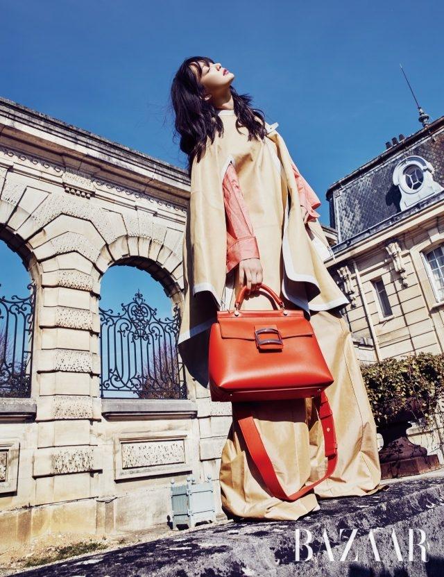 룩에 포인트가 되는 루즈 컬러 '비브 카바' 백은 Roger Vivier, 케이프, 셔츠, 팬츠는 모두 Hermès 제품.