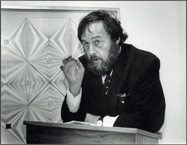Harald Szeemann lecturing in front of Werk Nr. 003 (undated) by Emma Kunz, n.d.The Getty Research Institute, Artwork courtesy Emma Kunz Zentrum. ⓒ Anton C. Meier