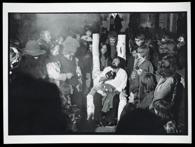 Harald Szeemann(가운데 앉아 있는 사람) on the last night of documenta 5: Questioning Reality_Image Worlds Today at Museum Fridericianum, 1972.The Getty Research Institute, Photo: Balthasar Burkhard