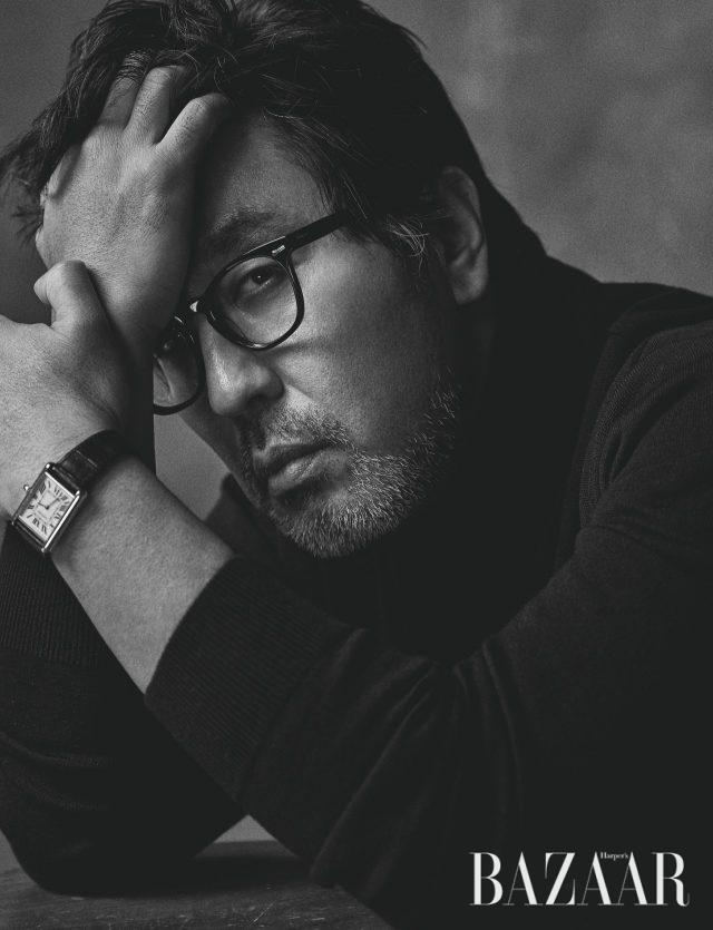 손목에 찬 시계는 Cartier, 안경은 Oliver Peoples, 터틀넥은 스타일리스트 소장품.