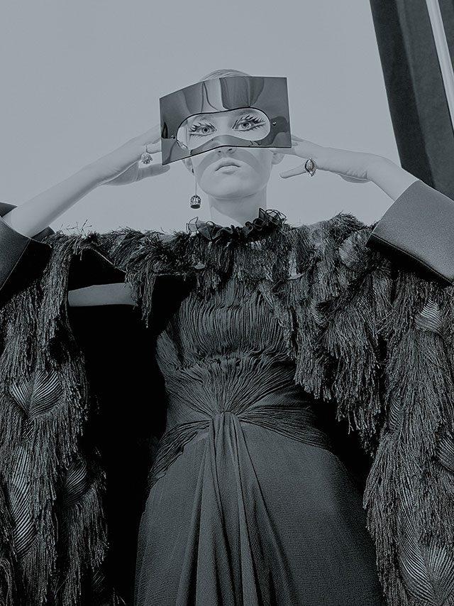 초현실주의를 담은 드라마틱한 컬렉션을 선보인 디올의 백스테이지 컷.