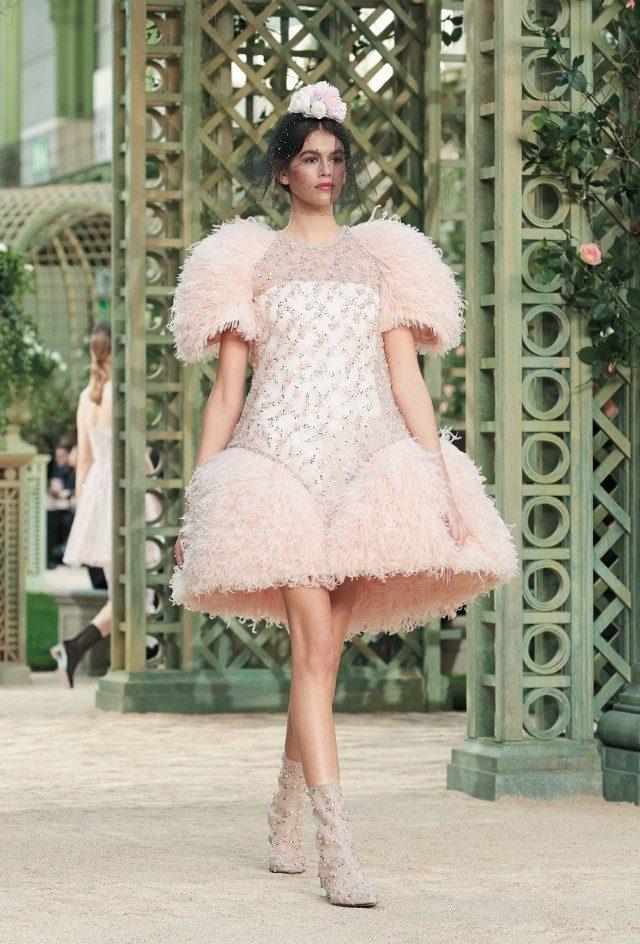 깃털 장식의 미니 드레스를 입고 요정 같은 모습으로 등장한 카이아 거버.