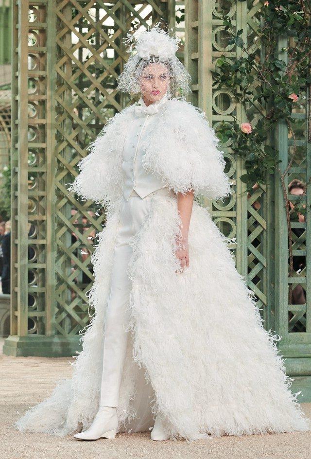 피날레를 장식한 모델 루나 빌의 웨딩드레스 룩.