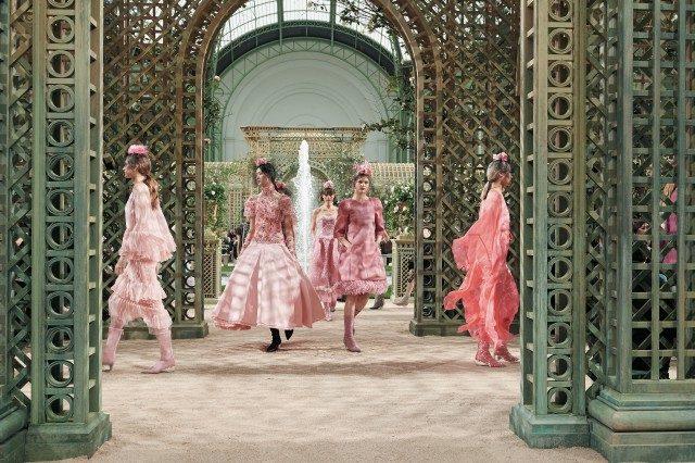 라거펠트가 창조한 정원 속을 걸어 나오는 핑크 룩의 모델들.