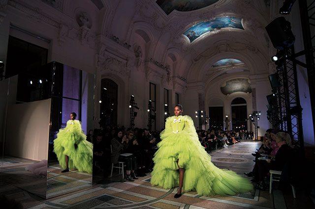 엄청난 양의 튤 소재로 완성한 피날레 드레스 룩.