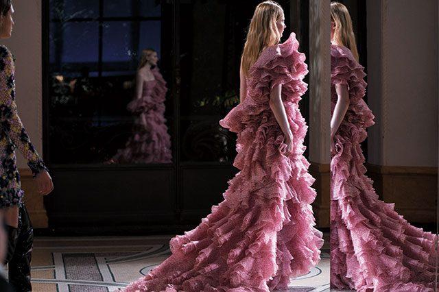 풍성한 러플 장식을 드레스 전면에 장식해 로맨틱함을 더했다.