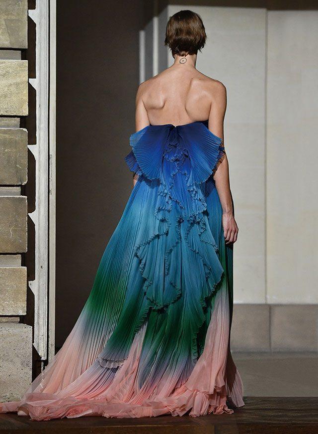 지방시 쇼의 피날레에 등장한 플리츠 디테일의 레인보 드레스.