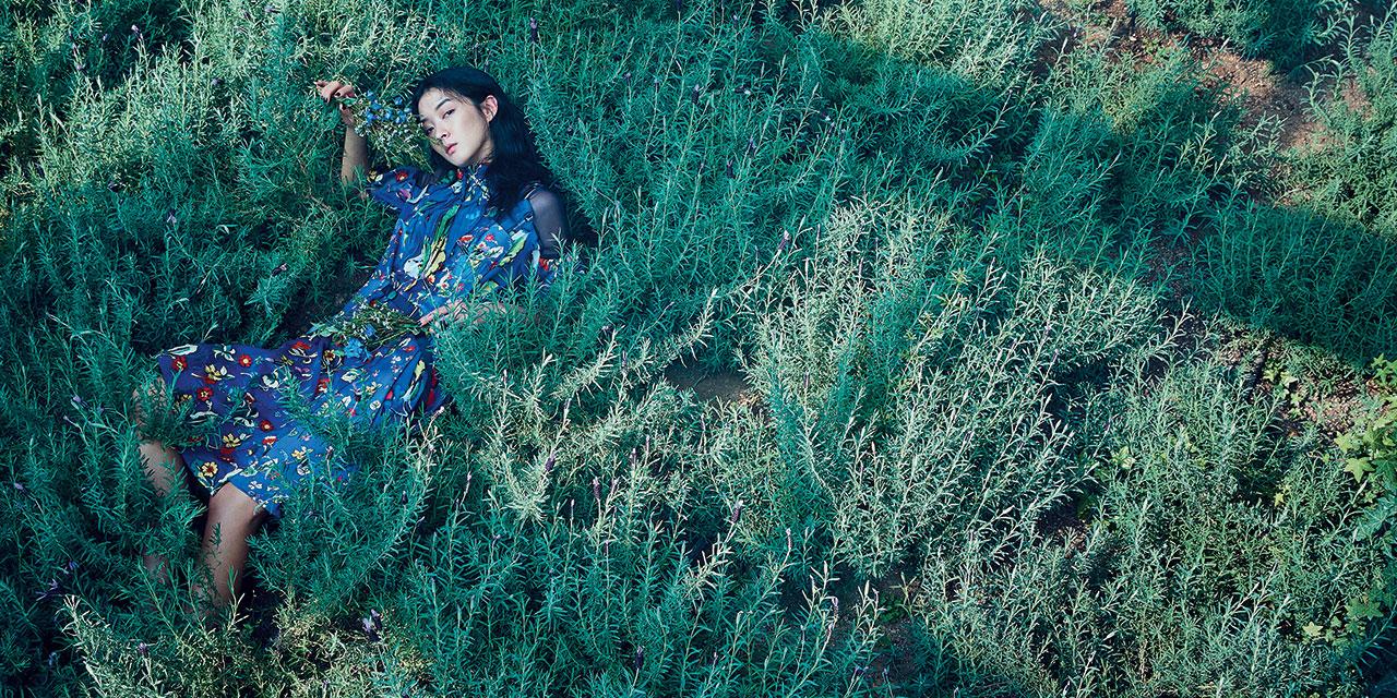 미지의 숲속을 서성이는 신비로운 소녀가 꽃처럼 피어나다.