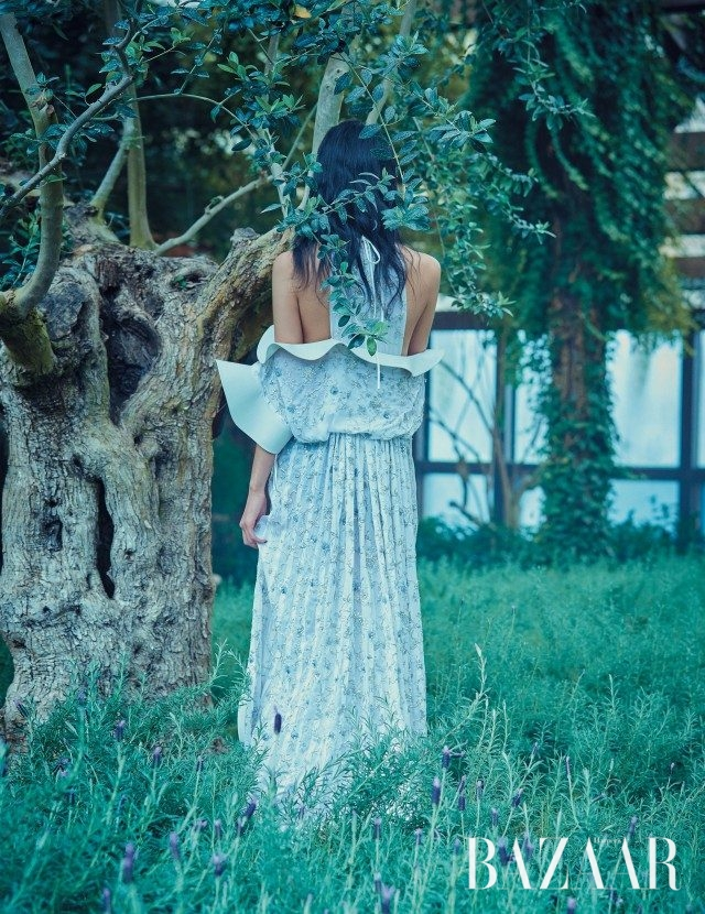 스포티한 터치가 가미된 엠브로이더리 디테일의 드레스는 가격 미정으로 Louis Vuitton 제품.