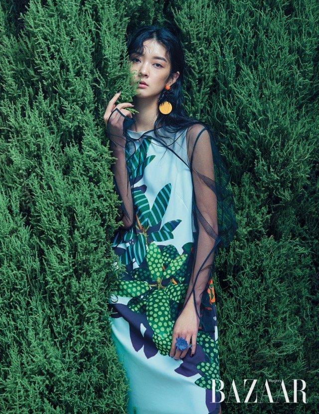 꽃이 그려진 원피스는 100만원대로 Akris Punto, 레이어드한 시스루 톱은 38만원으로 YCH, 유니크한 드롭 귀고리는 6만9천원으로 Fruta by My Boon 제품.