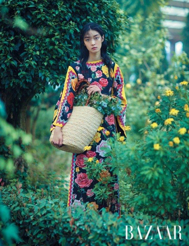 활짝 핀 장미 모티프의 원피스는가격 미정으로 Dolce & Gabbana, 커다란 라피아 백은 39만원으로 Helen Kaminski 제품.