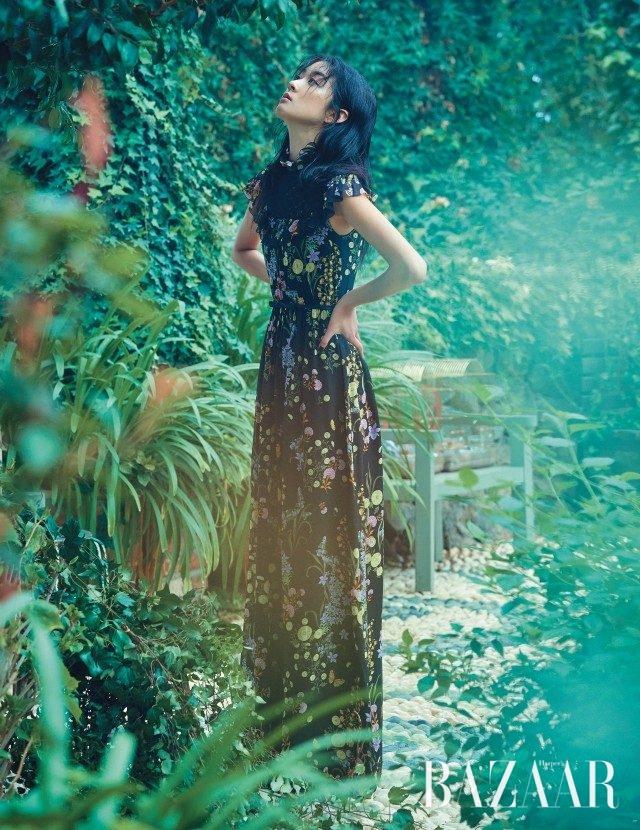 브리티시 무드의 플라워 프린트롱 드레스는 550만원으로 Giambattista Valli 제품.