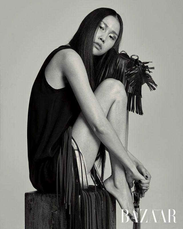 가죽 프린지 장식이 달린 드레스는 79만원으로 Toga Pulla by Mue, 가죽 소재의 버킷 백은 168만원으로 Miu Miu, 반지처럼 착용한 백 참은 100만원으로 Saint Laurent by BOONTHESHOP 제품.