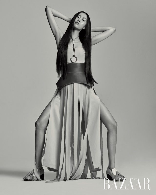 움직임에 따라 드라마틱하게 흩날리는 드레스는 가격 미정으로 MaxMara, 메탈 장식과 가죽 스트랩이 믹스된 목걸이는 가격 미정으로 Hermès, 에스닉한 디자인의 벨트는 130만원으로 Loewe, 테슬 장식이 더해진 로퍼는 가격 미정으로 Céline 제품.