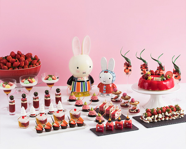 미피 캐릭터와 함께 제안되는 '올 어바웃 스트로베리' 딸기 디저트 뷔페는 볼거리와 먹기를 동시에 즐길 수 있다.