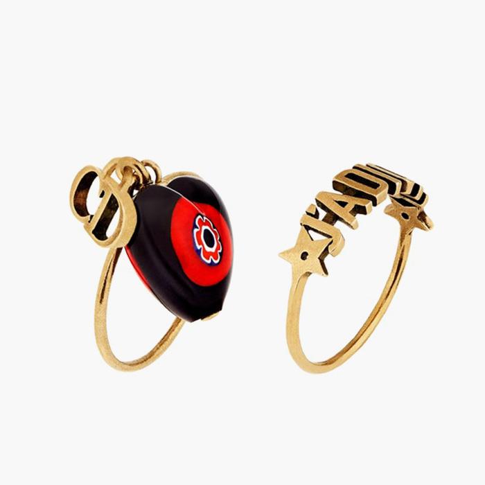 """하트 모양 참과 레터링 장식이 더해진 """"D-Murrine"""" 반지는 모두 Dior 제품."""