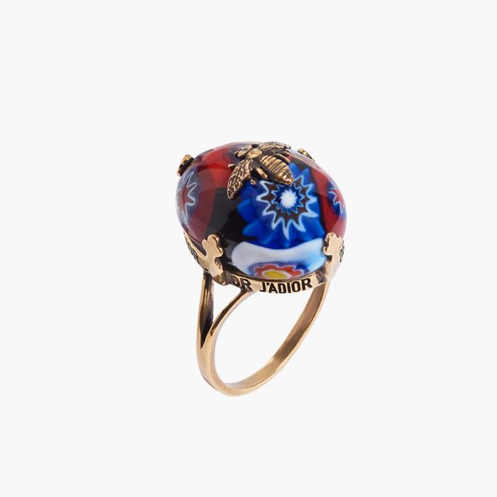 """별 장식의 """"D-Murrine"""" 반지는 Dior 제품."""