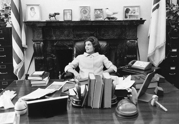 Jackie sits at JFK's senate desk, Washington DC, 1959 © Mark Shaw / mptvimages.com