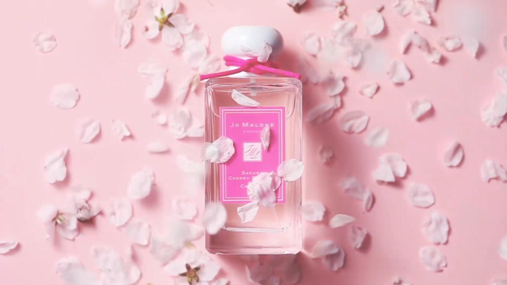 매년 꽃의 향기로 봄 소식을 알리는 조 말론 런던의 블로썸 컬렉션. 올해에는 그 동안 블로썸 컬렉션 중 가장 많은 사랑을 받았던 세 가지 향이 새로운 패키지를 입고 '블로썸 걸즈 컬렉션' 리미티드로 돌아왔습니다. 새하얀 배꽃 향을 품은 유쾌한 나시 블로썸, 활짝 피어난 연분홍빛 자두꽃을 담은 플럼 블로썸, 여성미가 가득한 수줍은 벚꽃향의 사쿠라 체리 블로썸까지! 지난 블로썸 시즌, 완판됐던 향을 다시 만나볼 수 있는 기회니 놓치지 마세요!